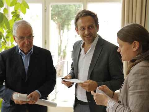 Former member of the Board of the Foundation, Klaus Töpfer (left) met with architect Jan Edler …